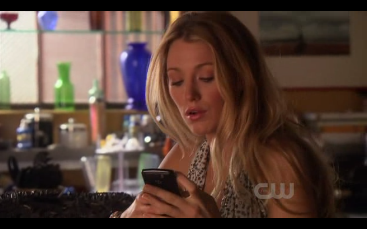 Serena-van-der-woodsen-verizon-wireless-blackberry-storm-2-gossip-girl-season-4-episode-2-double-identity-checking-phone