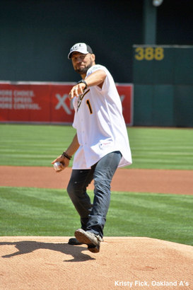 Randy_couture_first_pitch