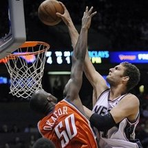 Brook_lopez_dunks_on_okafor