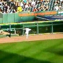 Ryan-raburn-gaffe-turns-olivo-fly-ball-into-a-homer
