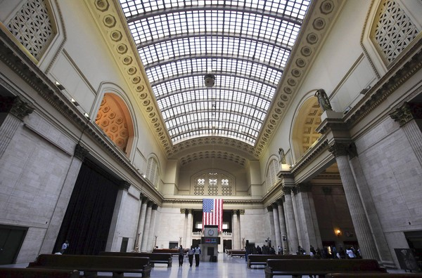 INdochino-2012-08-02-Indochino-pop-up-traveling-tailor-CHicago-Union-Station.jpg