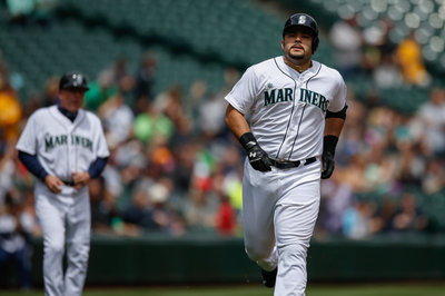 Jesus Montero gets heckled by Mariners employee, throws ice cream sandwich