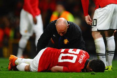 Robin van Persie to undergo knee surgery - reports