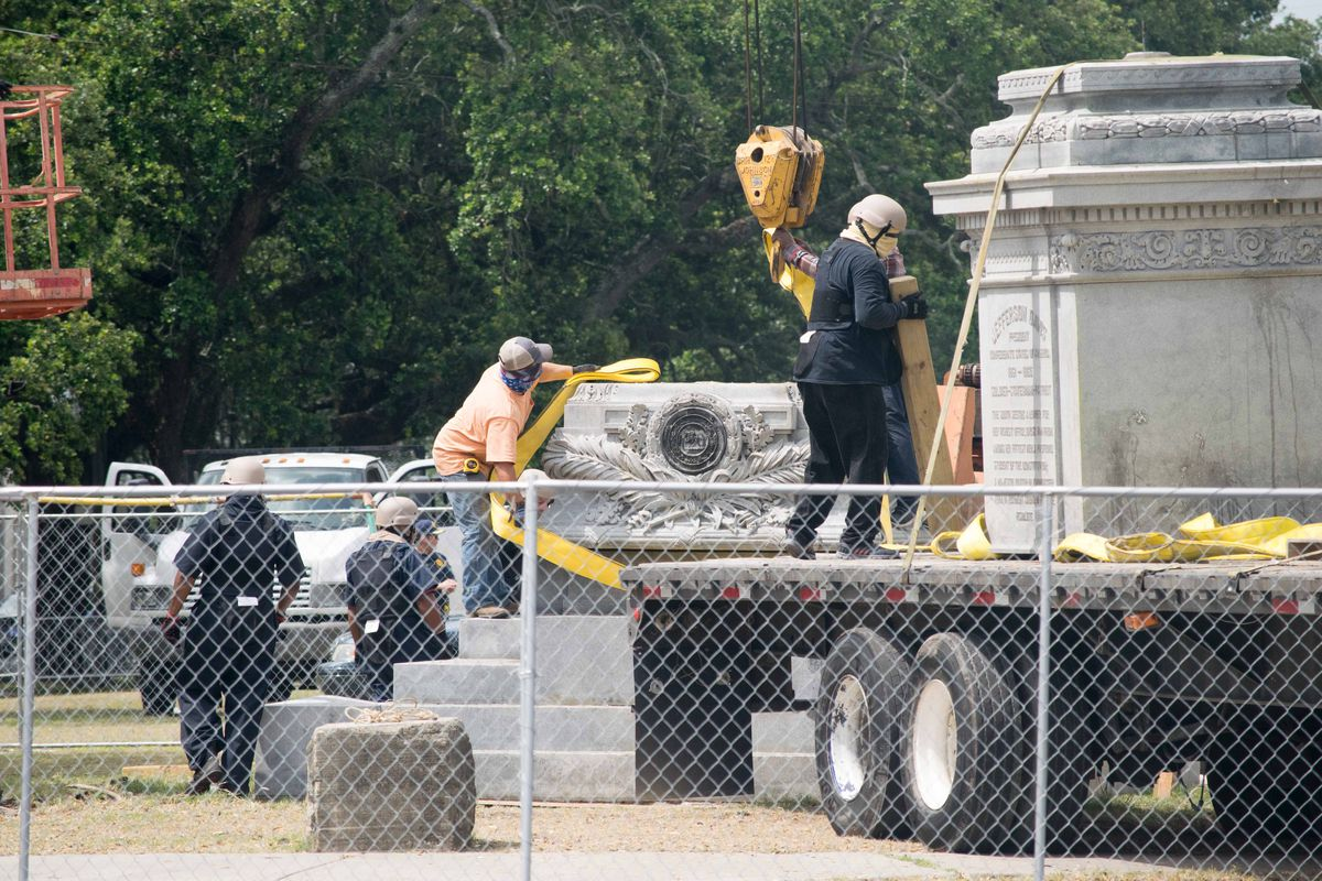 Crews remove Jefferson Davis monument in Mid
