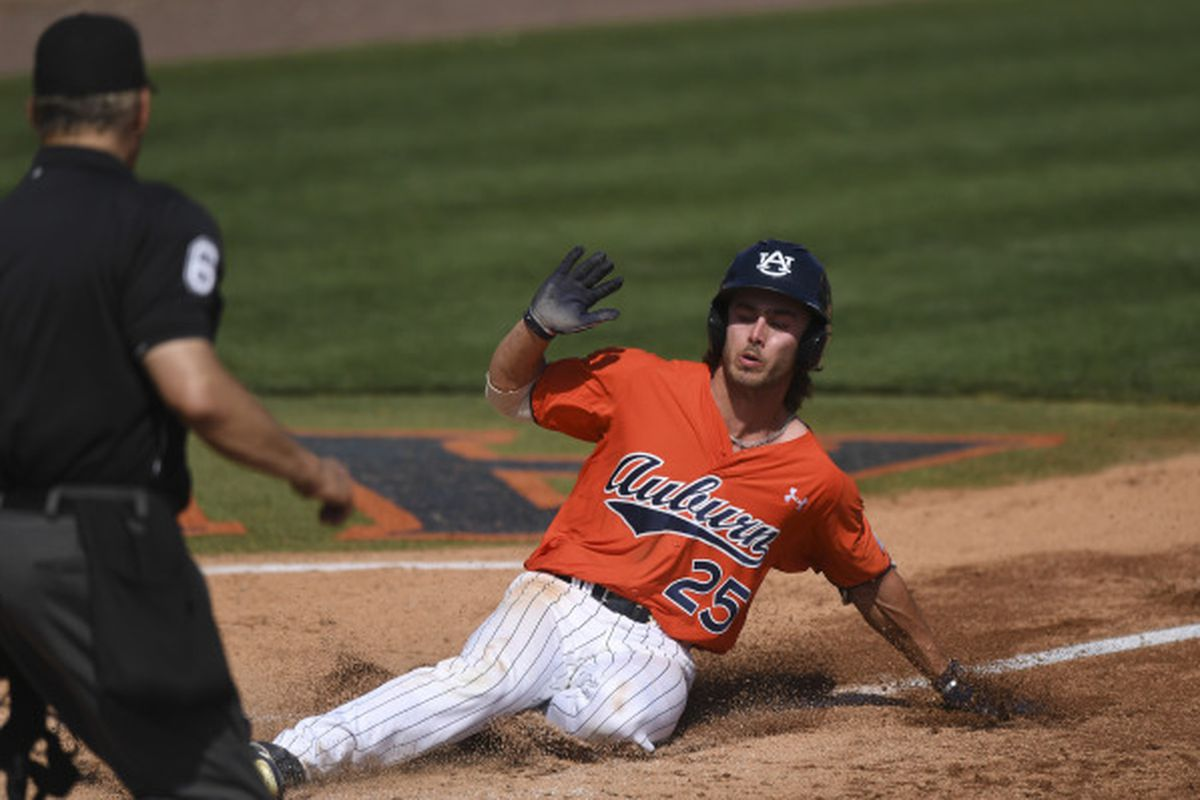 Tennessee evens series with walk-off win