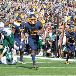 Art Thompkins running in for a touchdown after getting set up by a rather impressive Eastern Michigan punt.<br>