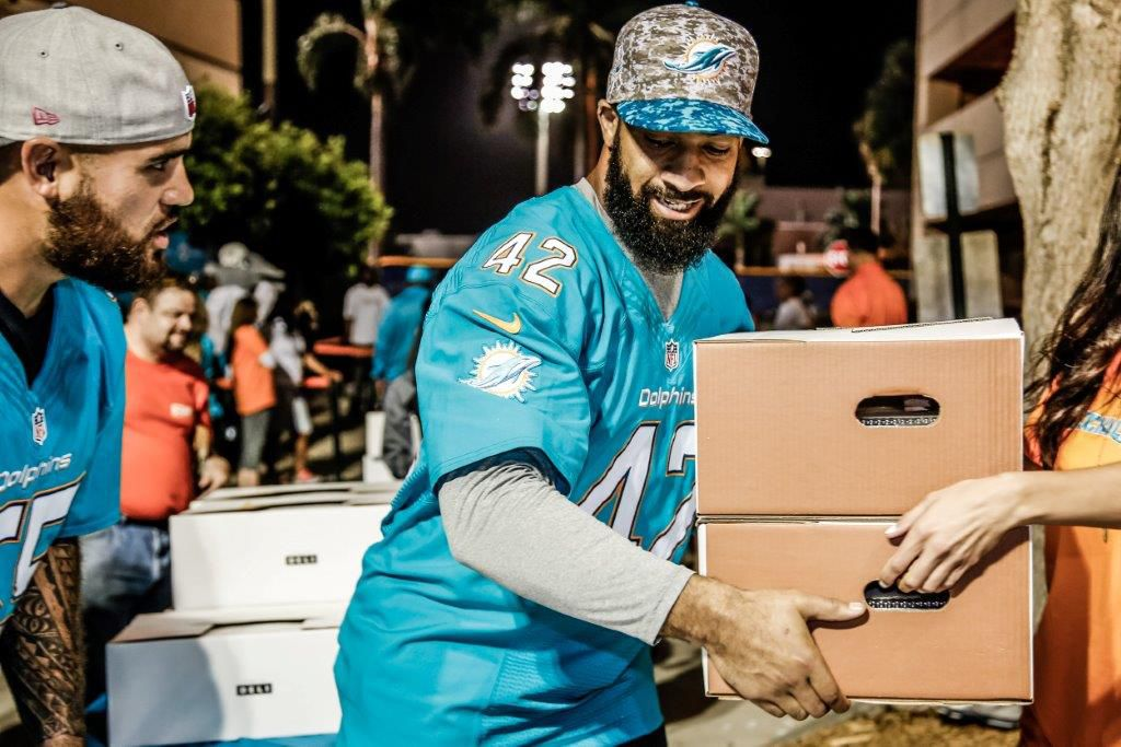 Dolphins hand out Thanksgiving meals - The Phinsider