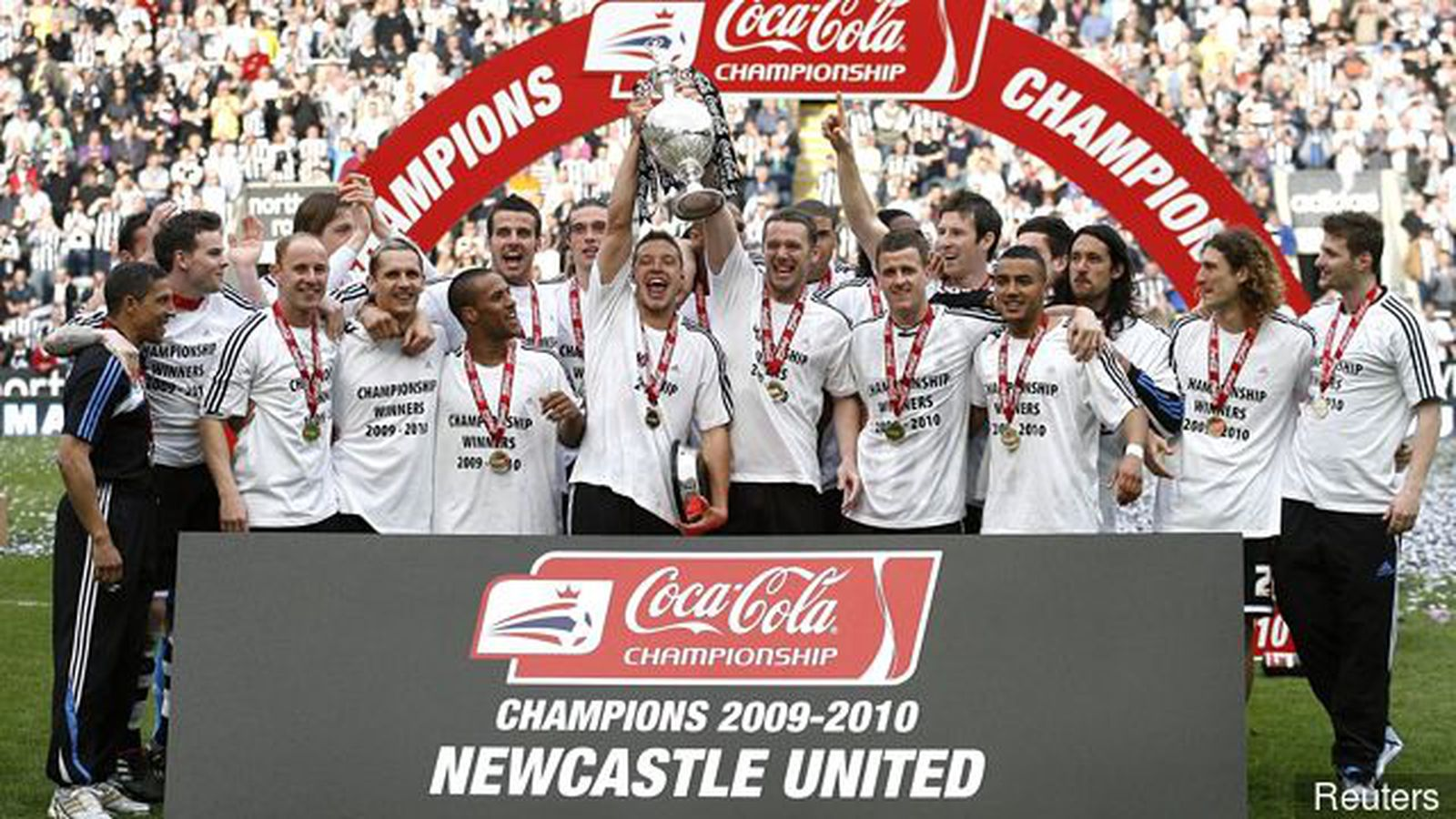 The_newcastle_united_squad_celebrate_with_the_trophy_after_winni_426291.0