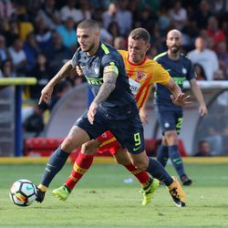 Cristiano Lombardi (R) of Benevento competes for the ball with Mauricio Perisic of Inter during the Serie A match between Benevento Calcio and FC Internazionale at Stadio Ciro Vigorito on October 1, 2017 in Benevento, Italy.