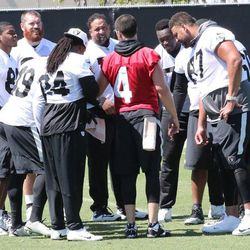 Raiders offense huddles up during offseason workouts