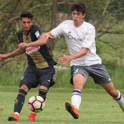 Issa Rayyan makes a pass with Matteo Adiletta defending