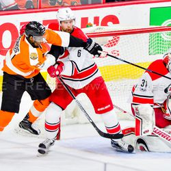 Simmonds reaching for the puck