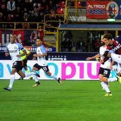 Simone Verdi of Bologna FC scores the opening goal during the Serie A match between Bologna FC and FC Internazionale at Stadio Renato Dall'Ara on September 19, 2017 in Bologna, Italy.