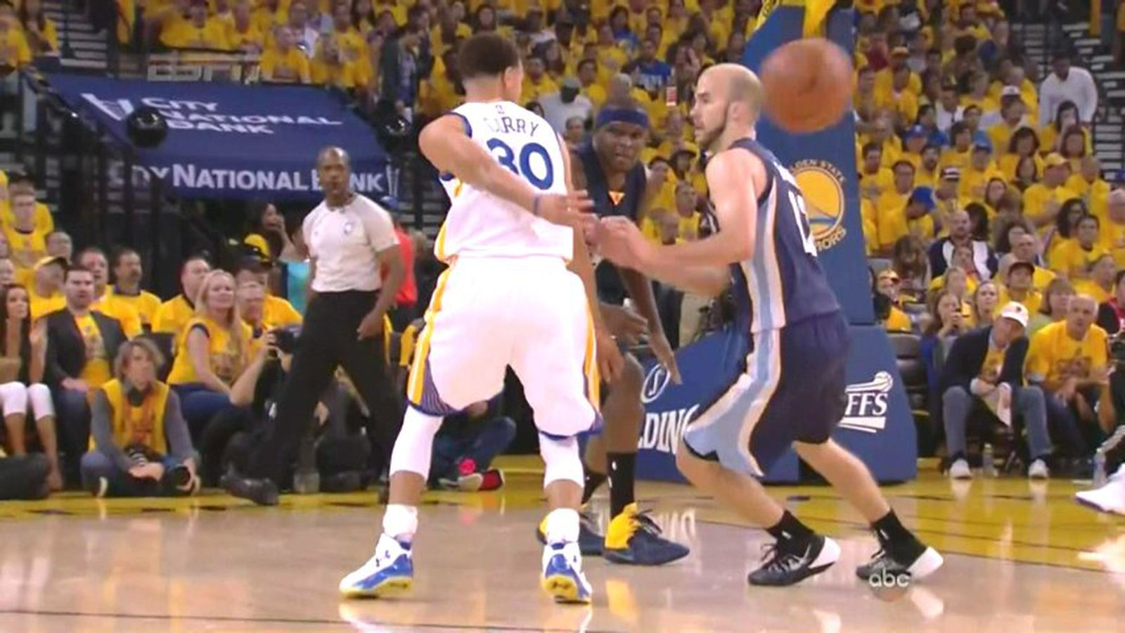 Steph Curry shakes two defenders at once, throws behind ...
