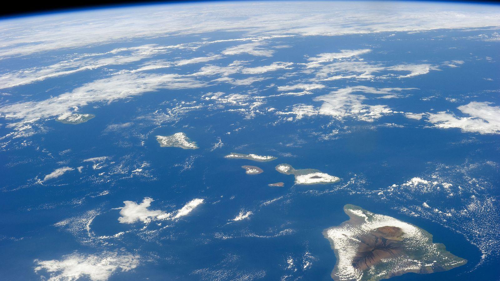 Iss-38_hawaiian_island_chain.0