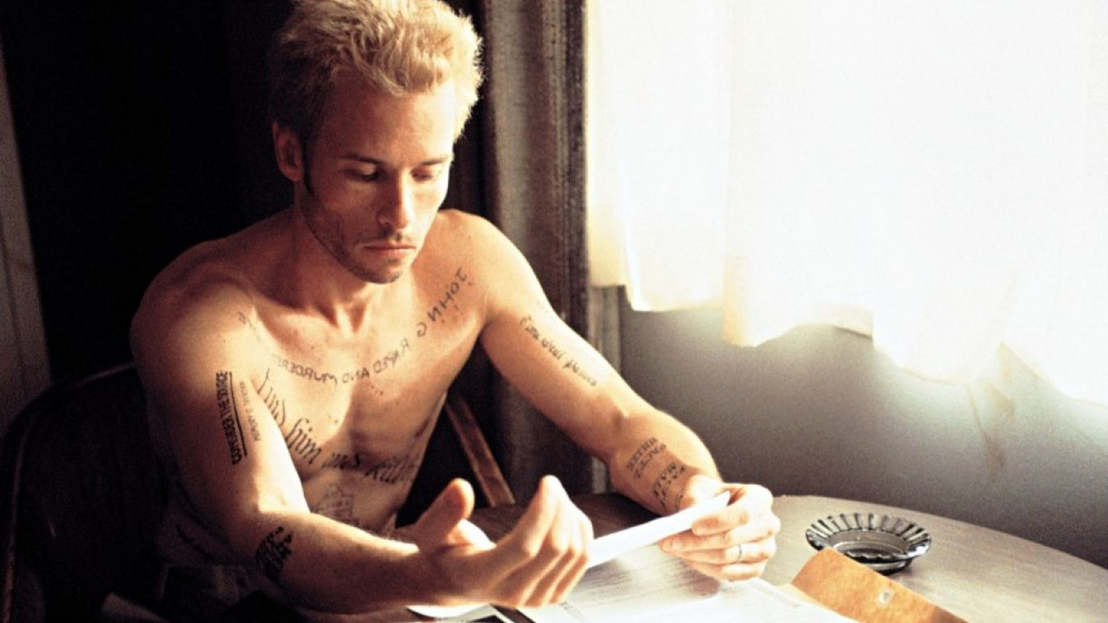 christopher nolan s memento is getting a remake