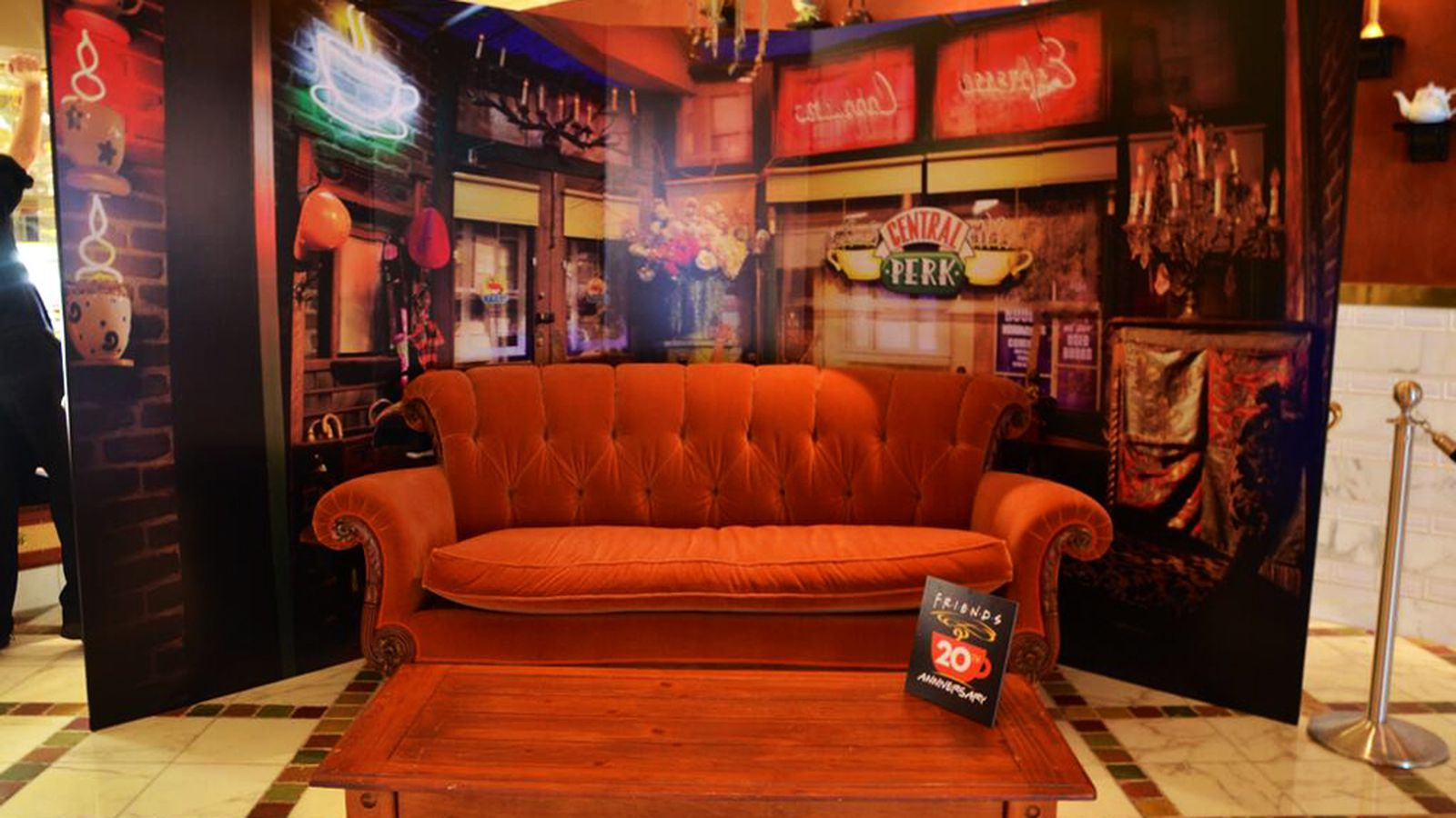 Quick The Couch from Friends Is Sitting at the Mirage  : Friends20Couch20at20Mirage206 25 20140 from vegas.eater.com size 1600 x 900 jpeg 168kB