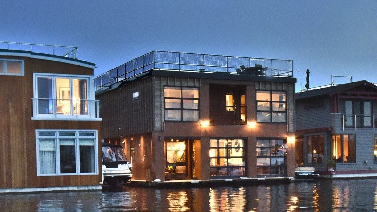Fabulous Houseboat in fantastic location on Lake Union in Seattle WA Visit us a wwwSeattleHouseboatcom or email LindaSpecialAgentsnet or call us at 206 4190065