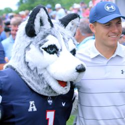 Jordan Spieth poses with Jonathan the Husky dog at the 2017 Travelers Championship Pro-Am.<br>