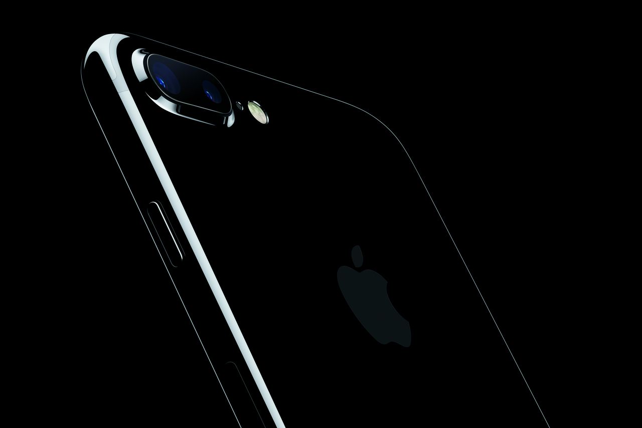 Apple brings back the glossy black iphone with new jet for Black is the new color