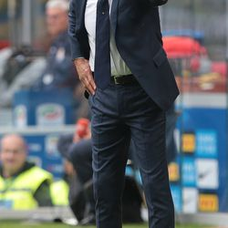 FC Internazionale Milano coach Luciano Spalletti issues instructions to his players during the Serie A match between FC Internazionale and Spal at Stadio Giuseppe Meazza on September 10, 2017 in Milan, Italy.