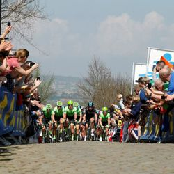 Initial peloton approach on Oude Kwaremont