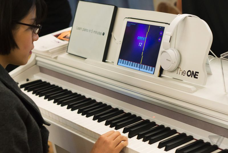 the one smart piano teaches you to play using an ipad drippler apps games news updates. Black Bedroom Furniture Sets. Home Design Ideas