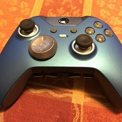 """This controller has white """"volcano rings"""" around the thumbsticks and a white profile switch button."""