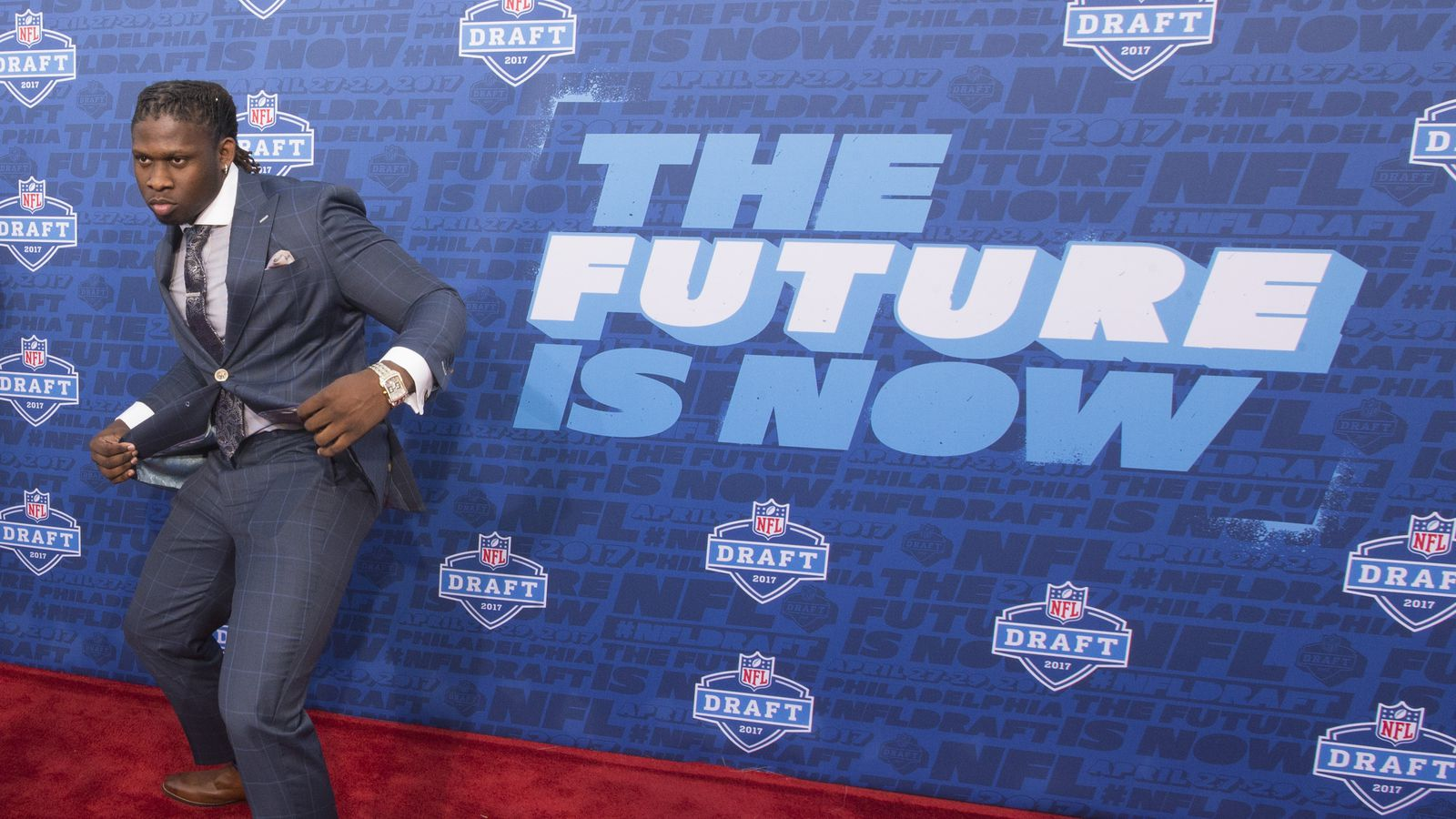 Falcons trade up for the No. 26 pick from the Seahawks to draft Takkarist McKinley