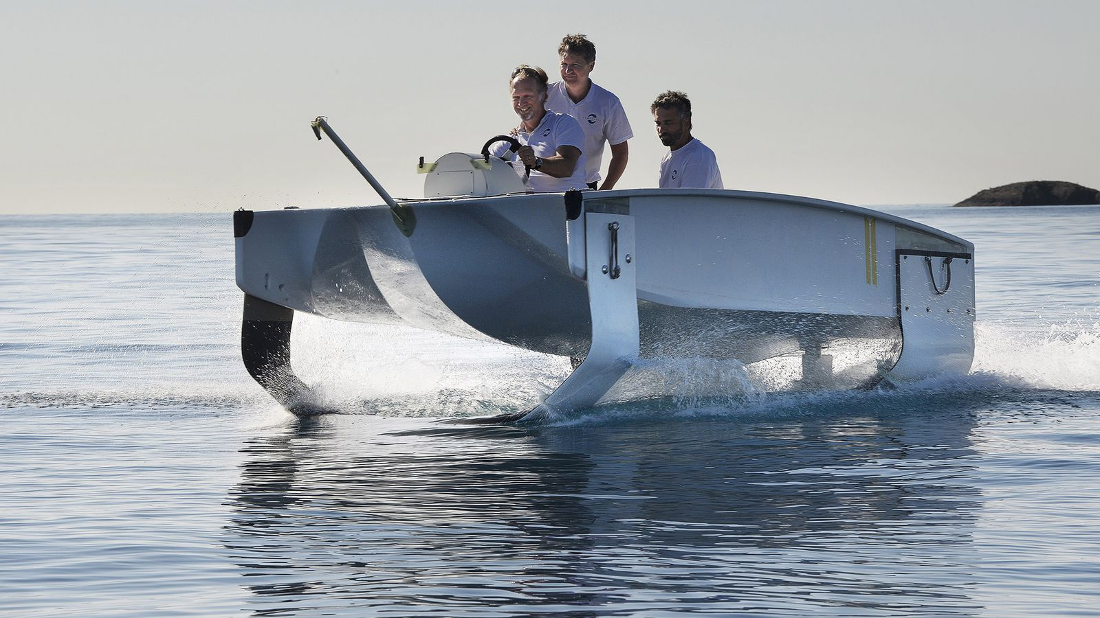 Watch this experimental river taxi fly above the surface of the waves
