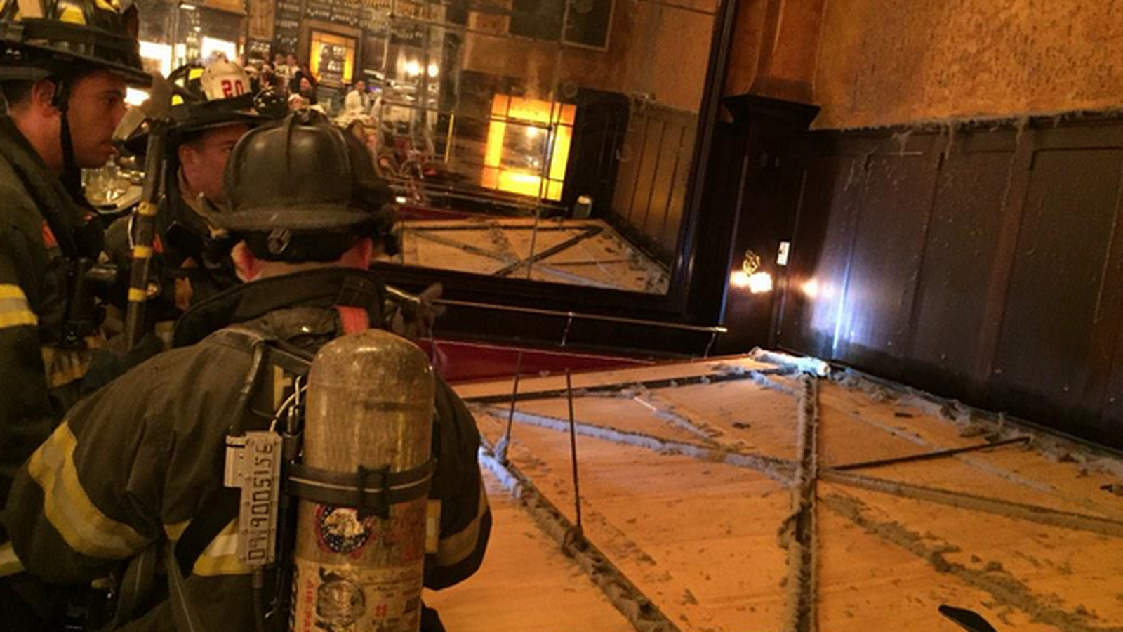 A giant mirror just fell on top of some diners at for Restaurant miroir