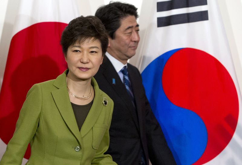 South Korean President Park Geun-hye and Japanese Prime Minister Shinzo Abe in 2014 (SAUL LOEB/AFP/Getty)