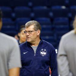 UConn head coach Geno Auriemma talks to the team before their Sweet 16 practice.<br>