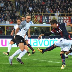 Simone Verdi of Bologna FC takes a shot during the Serie A match between Bologna FC and FC Internazionale at Stadio Renato Dall'Ara on September 19, 2017 in Bologna, Italy.