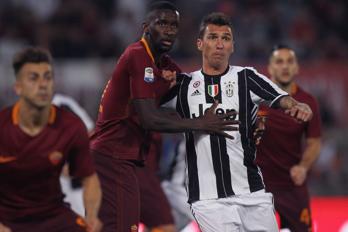 Roma beat weakened Juventus to keep Serie A title fight alive