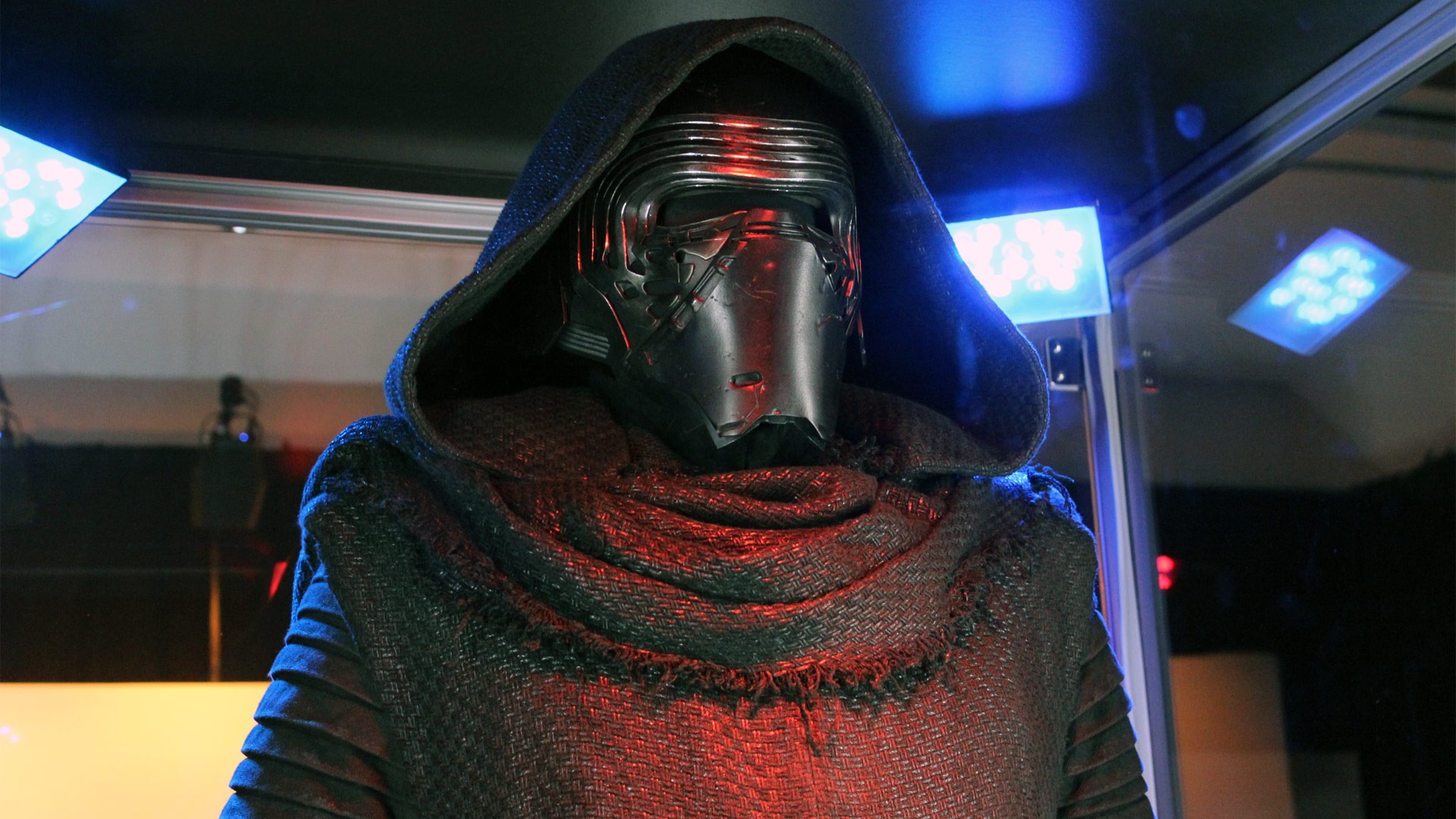 A Very Detailed And Crisp Look At Kylo Ren S Mask From The