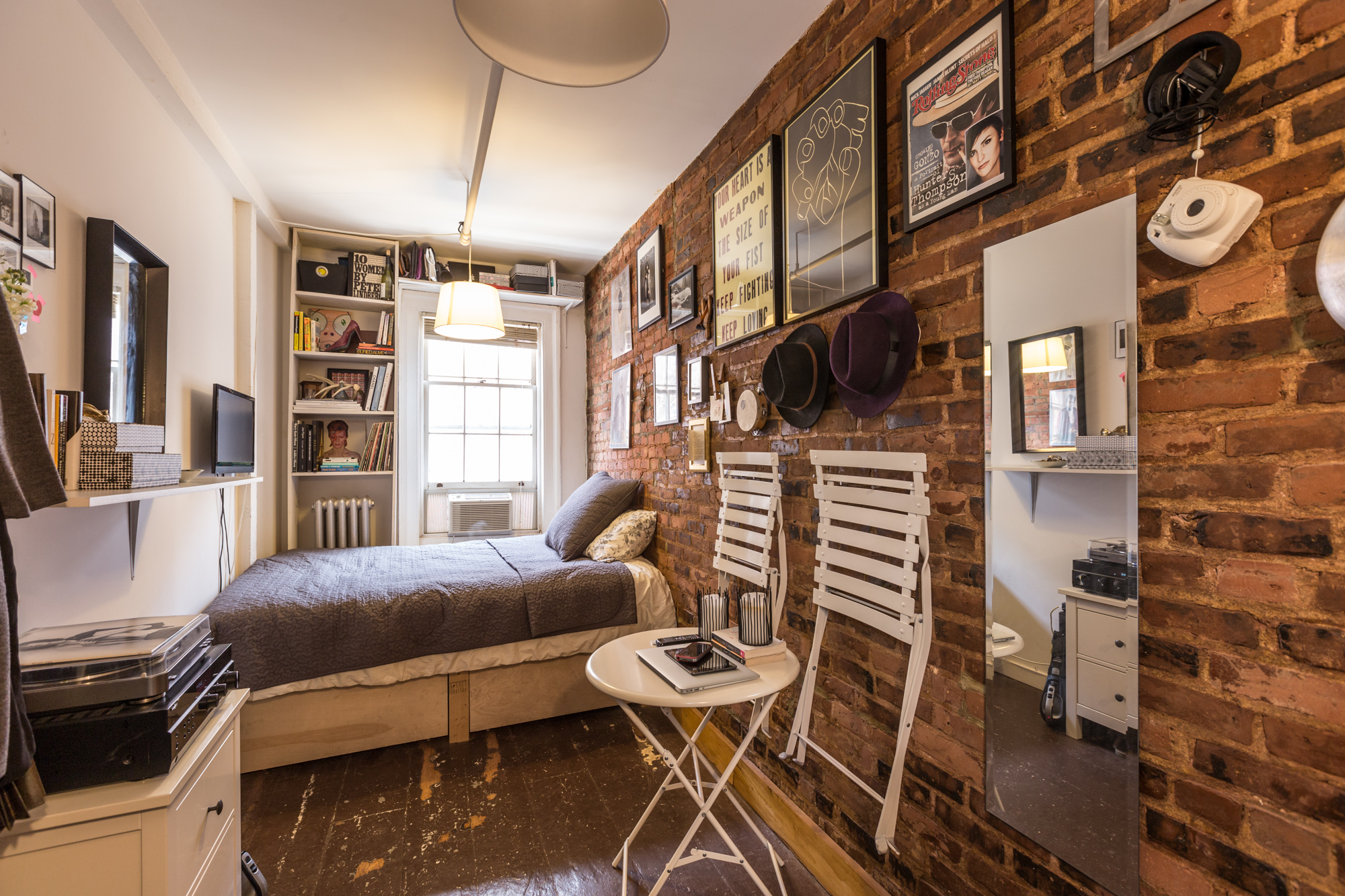 How one new yorker lives comfortably in 90 square feet - Living room decor for small spaces ...
