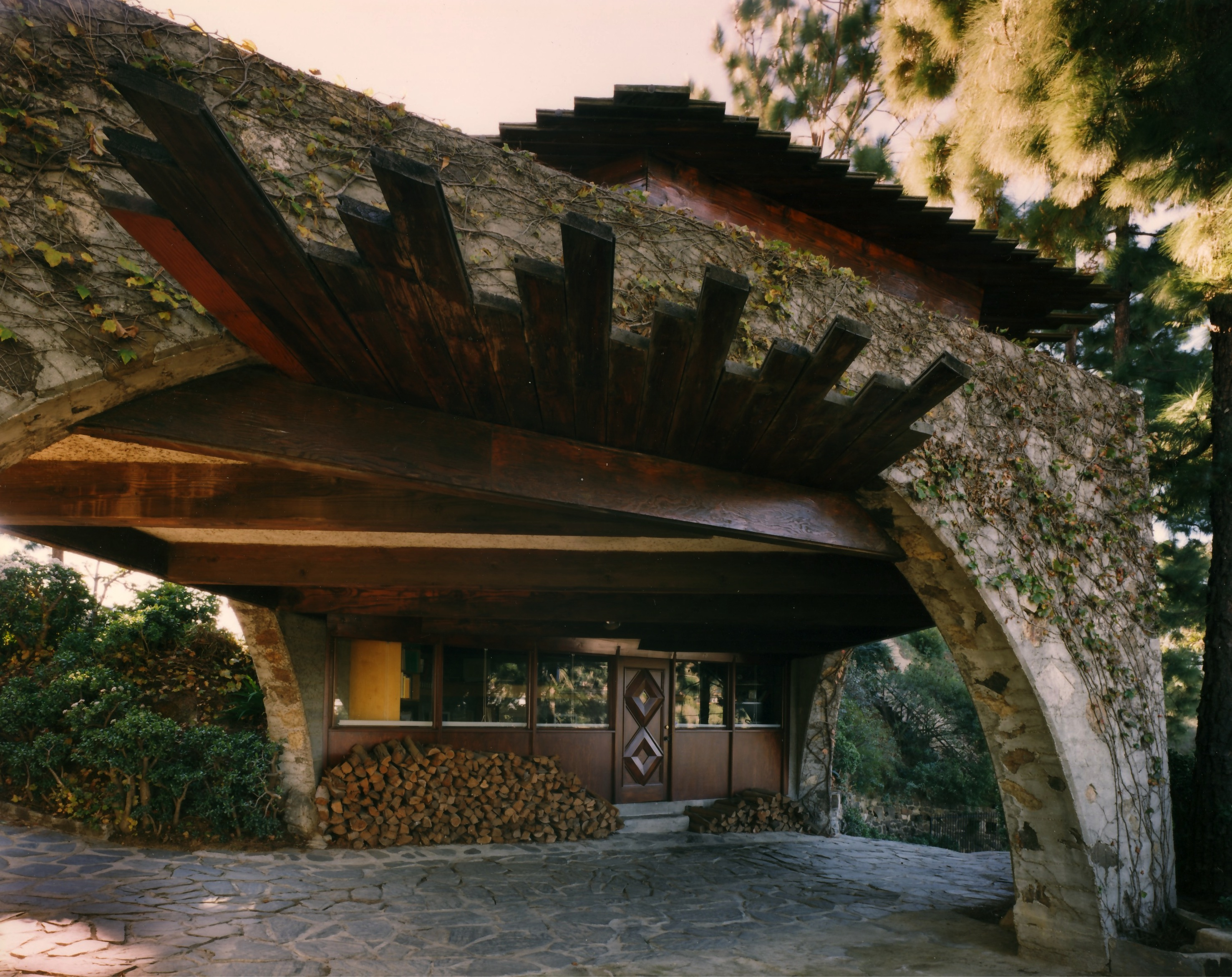 Dramatic Midcentury Modern By Lloyd Wright In The