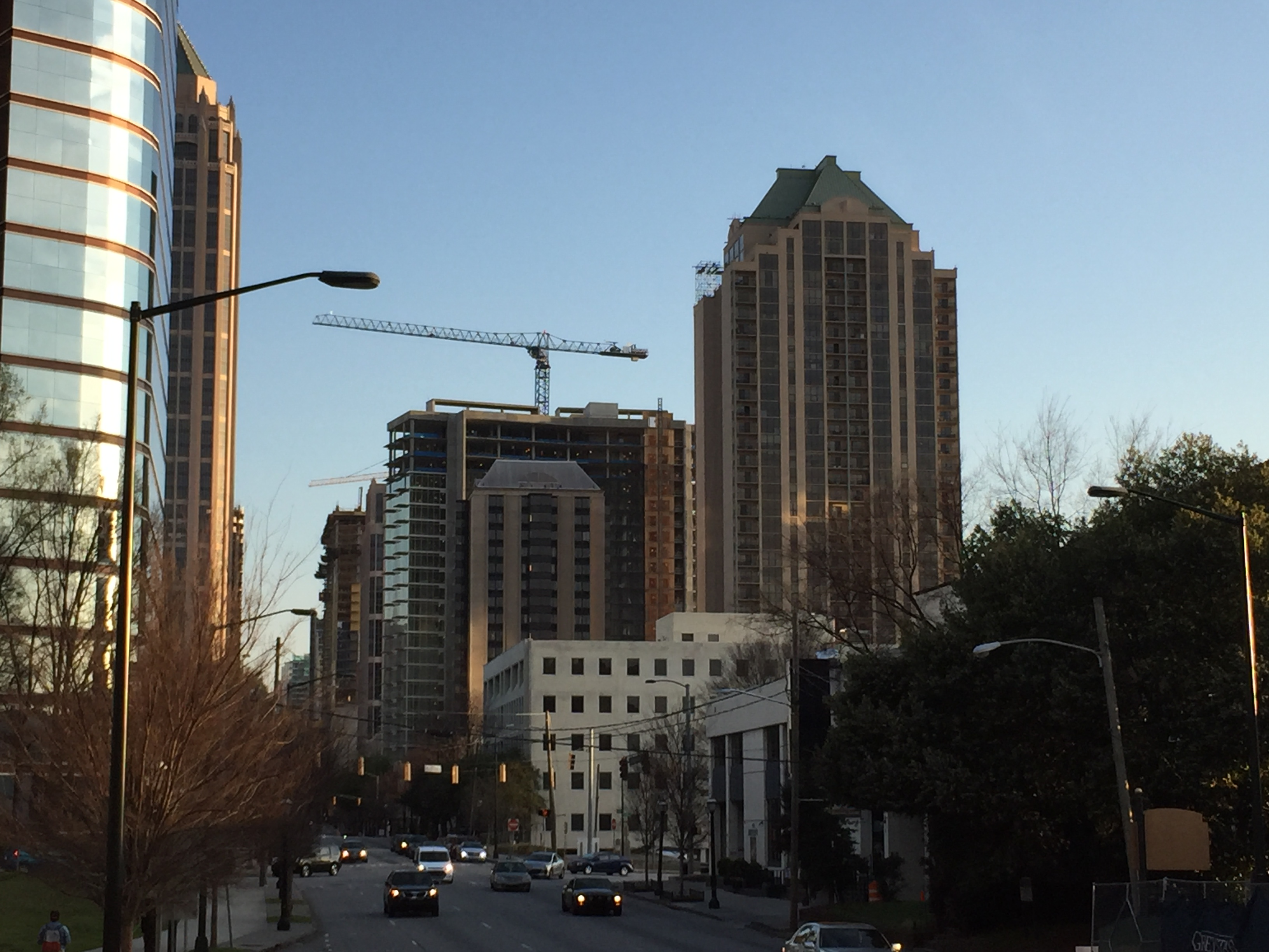 In midtown atlanta amli tops out 30 story apartment tower for Apartments near mercedes benz stadium