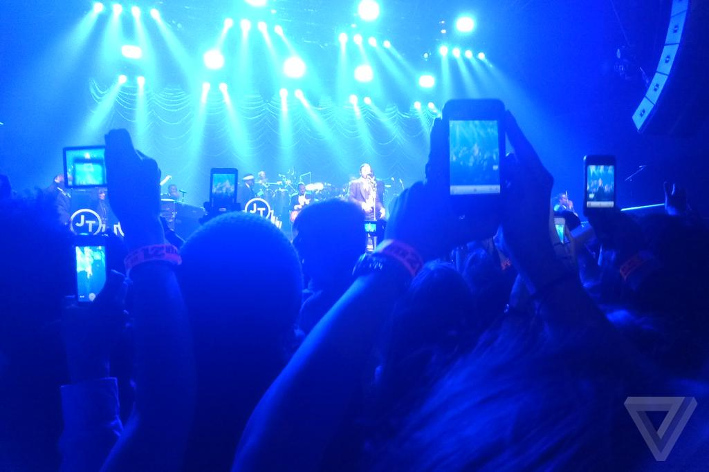 smartphones_at_concert_2560_w.0_standard